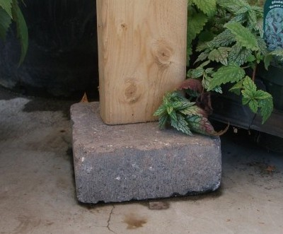 Yurt wall stud on brick to avoid rot